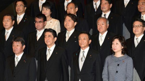 Japon: suffit-il d'un remaniement pour qu'Abe se maintienne en poste ?