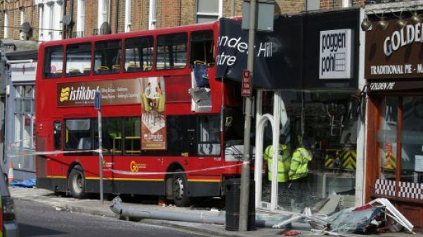 Un bus à impériale s'encastre dans un magasin à Londres: dix blessés
