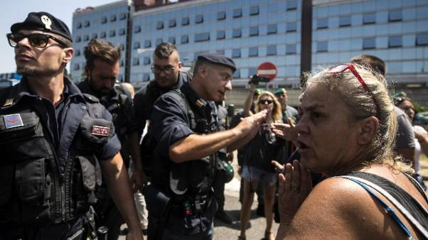 Sgomberato stabile, protesta su tetto