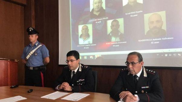 Rubano coca da corpi reato, 5 arrestati