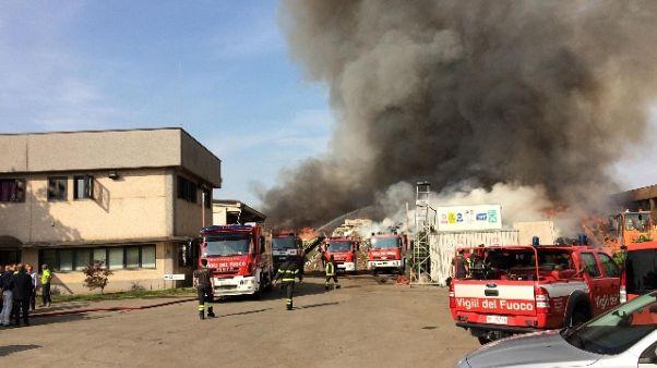 Incendio in ditta, scuole chiuse