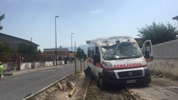 Auto travolge ambulanza, sei feriti