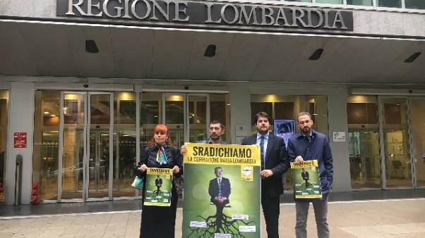 Lombardia, flash mob M5S anti-corruzione