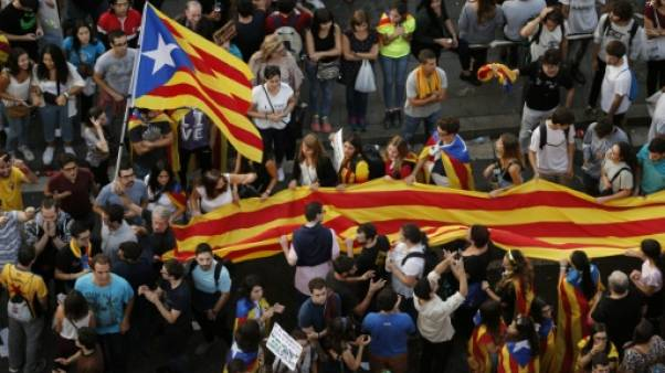 """""""Qu'on nous écoute"""", plaide une immense foule de Catalans à Barcelone"""