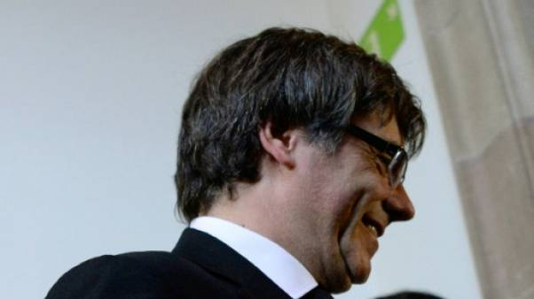 """Catalogne: Puigdemont suspend """"les effets"""" d'une déclaration d'indépendance"""