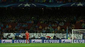 Banderole de soutien à deux dirigeants d'associations indépendantistes arrêtés, le 18 octobre 2017 avant FC Barcelone-Olympiakos, au Camp Nou