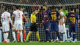 Le défenseur du FC Barcelone Gerard Pique reçoit un carton rouge lors du match contre l'Olympiacos, le 18 octobre 2017 au Camp Nou
