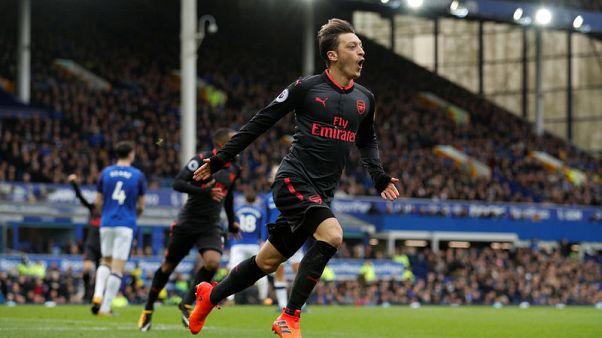 Arsenal thrash 10-man Everton to pile pressure on Koeman