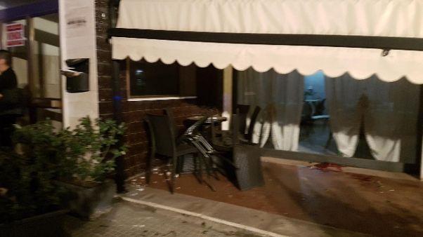 Auto piomba su tavolini bar, un ferito