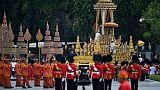 Sujets agenouillés, palanquin doré, les acteurs des funérailles royales en Thaïlande