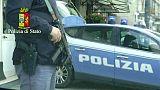 Agenti accerchiati da 60 persone