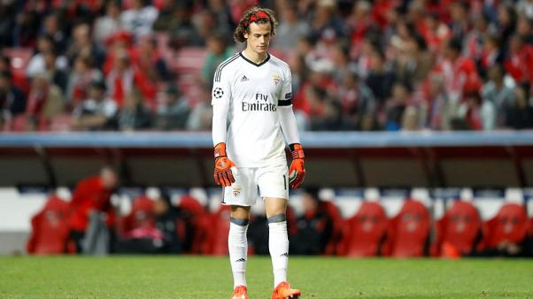 Benfica give vote of confidence to 18-year-old keeper Svilar