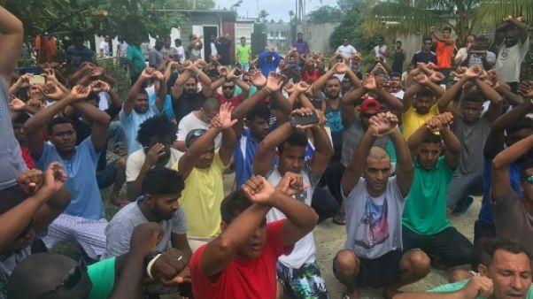 L'Australie appelle les réfugiés apeurés à quitter un camp controversé