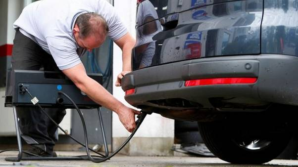 FILE PHOTO: A motor mechanic measures exhaust emissions in a diesel-engined car in Eichenau, Germany July 28, 2017. REUTERS/Michaela Rehle/File Photo