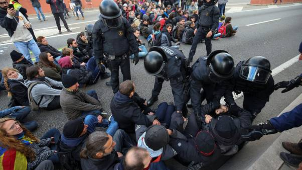 Police remove protestors blocking a ring road in Barcelona during a partial regional strike called by pro-independence parties and labour unions in Barcelona, Spain, November 8, 2017.  REUTERS/Albert Gea