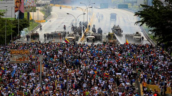 FILE PHOTO: Demonstrators clash with riot security forces while rallying against Venezuela's President Nicolas Maduro in Caracas, Venezuela, May 31, 2017. REUTERS/Christian Veron/File Photo