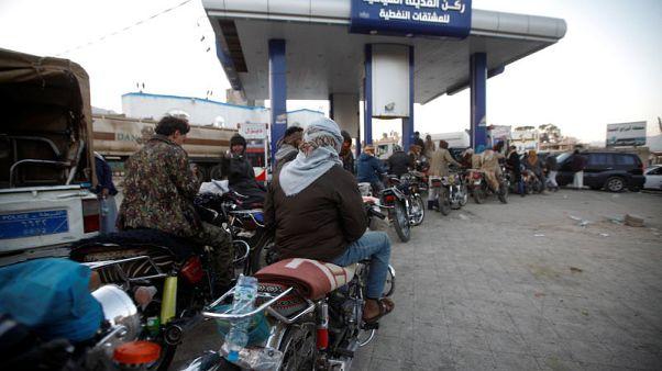 Motorcyclists crowd at a gas station amid fuel supply shortage in Sanaa, Yemen November 10, 2017.  REUTERS/Mohamed al-Sayaghi