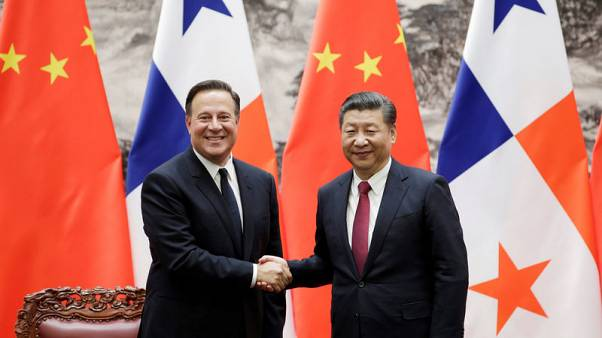Panama's President Juan Carlos Varela (L) shakes hands with China's President Xi Jinping during a signing ceremony in Beijing, China November 17, 2017. REUTERS/Jason Lee