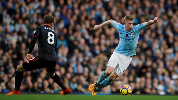 Soccer Football - Premier League - Manchester City vs Arsenal - Etihad Stadium, Manchester, Britain - November 5, 2017   Manchester City's Kevin De Bruyne in action with Arsenal's Aaron Ramsey    REUTERS/Phil Noble