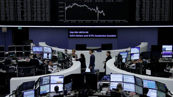 متعاملون أثناء التداول في بورصة فرانكفورت يوم الثلاثاء. تصوير رويترز.