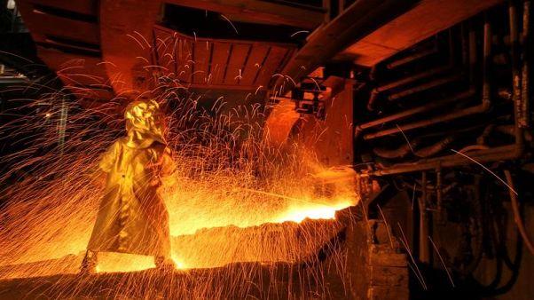 عامل في مصنع لاستخراج خام النيكل في اندونيسيا - صورة من أرشيف رويترز.