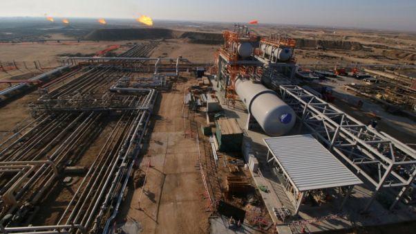 عامل في محطة المعالجة المركزية في حقل نفط تابع لشركة روسنفت الروسية في سيبيريا. أرشيف رويترز.