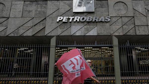 شعار شركة بتروبراس البرازيلية على مقرها في ريو دي جانيرو يوم الثالث من اكتوبر تشرين الأول 2017. تصوير: برونو كيلي - رويترز.
