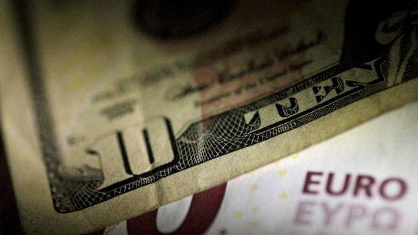 صورة من أرشيف رويترز لورقة مالية من الدولار الأمريكي وأخرى من اليورو.