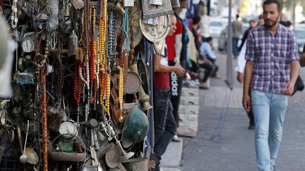 تحف وهدايا معروضة في منطقة وسط مدينة عمان في الأول من أغسطس آب 2017. تصوير: محمد حامد - رويترز