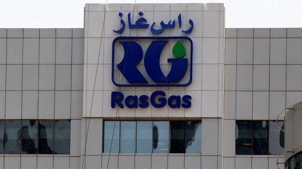 شعار راس غاز على مبنى الشركة في الدوحة يوم 13 يونيو حزيران 2017. تصوير: نسيم زيتون  - رويترز