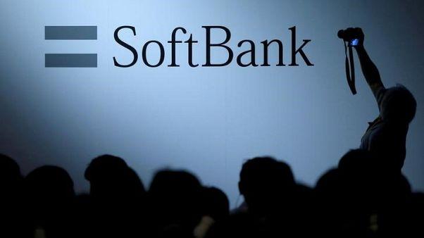 شعار سوفت بنك في طوكيو باليابان في صورة من أرشيف رويترز.