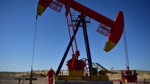 النفط ينخفض بفعل زيادة مخزونات أمريكا وارتفاع إنتاجها لمستوى قياسي