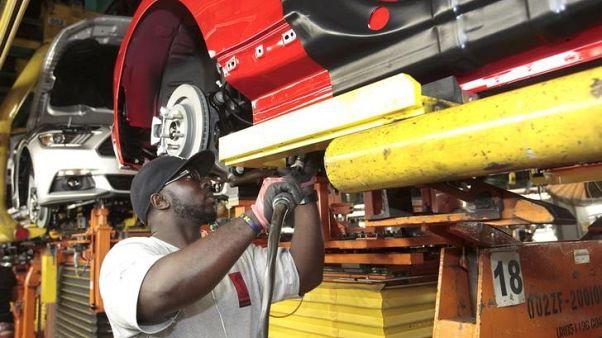 عامل على خط إنتاج لتجميع السيارات في ميشيجان. صورة من أرشيف رويترز.