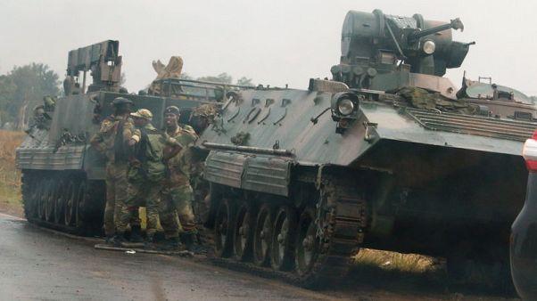 جيش زيمبابوي يستولي على السلطة وموجابي يقول إنه بخير