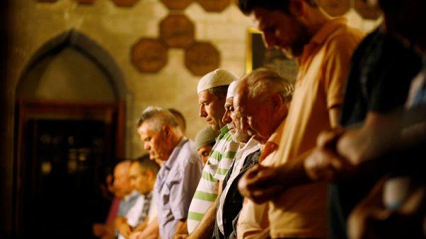 مسلمو بلجراد يُضطرون للصلاة في أماكن مؤقتة لوجود مسجد واحد بالمدينة