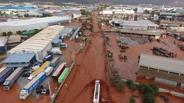 صورة لمنطقة ضربتها مياه السيول في ماندرا باليونان يوم الاربعاء. صورة لرويترز محظور إعادة بيعها أو بيعها في أرشيف.