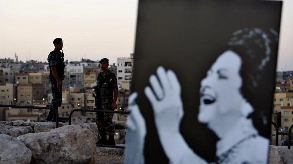 لافتة تحمل صورة للمغنية المصرية الراحلة أم كلثوم خلال مهرجان في عمان بالاردن. صورة من أرشيف رويترز.