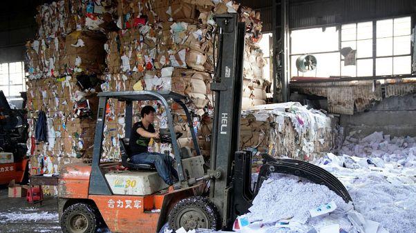 رافعة بمحطة لتدوير المخلفات في شنغهاي يوم الجمعة. تصوير: آلي سونج - رويترز