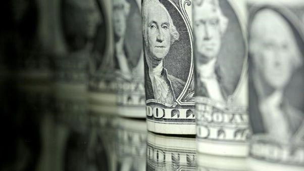 أوراق نقد من فئات مختلفة من الدولار الأمريكي في صورة بتاريخ 13 يونيو حزيران 2017. تصوير: دادو روفيتش - رويترز.