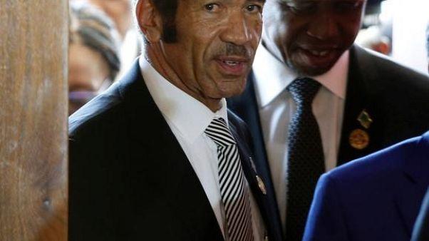 رئيس بوتسوانا إيان خاما في اجتماع في قمة في جنوب أفريقيا يوم 19 أغسطس آب 2017. تصوير: سيفيوي سيبكو - رويترز