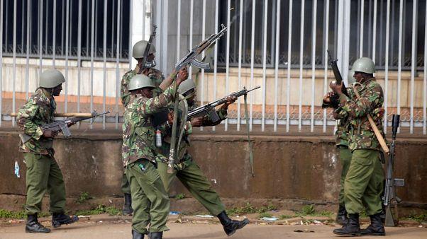 أفراد من شرطة مكافحة الشغب يحاولون تفريق مؤيدين لزعيم المعارضة في نيروبي يوم الجمعة. تصوير: باز راتنر - رويترز.