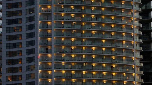 الأضواء تضيئ شرفات فندق فور سيزونز في وسط بيروت بلبنان يوم 7 أغسطس آب 2017. تصوير محمد عزاقير - رويترز.