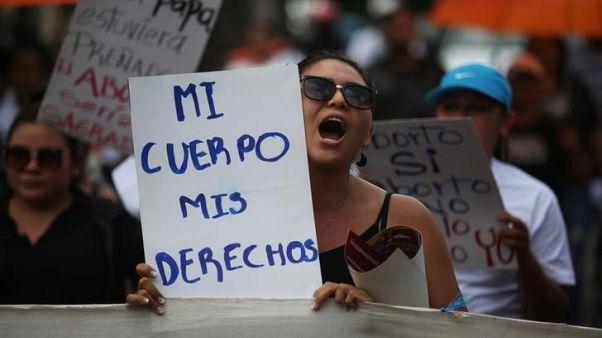 نساء مشاركات في احتجاج ضد تجريم الإجهاض في سان سلفادور يوم 28 سبتمبر أيلول 2017 - رويترز