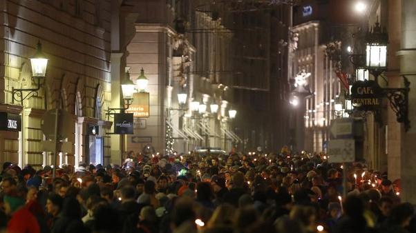 3,000 form chain of light against far right in Austrian government