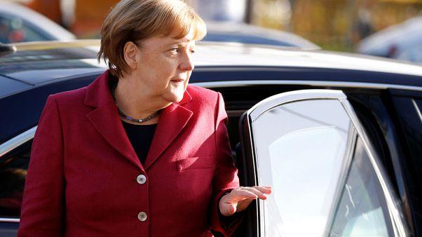 المستشارة الألمانية أنجيلا ميركل لدى وصولها إلى مقر حزبها في برلين يوم الجمعة - رويترز