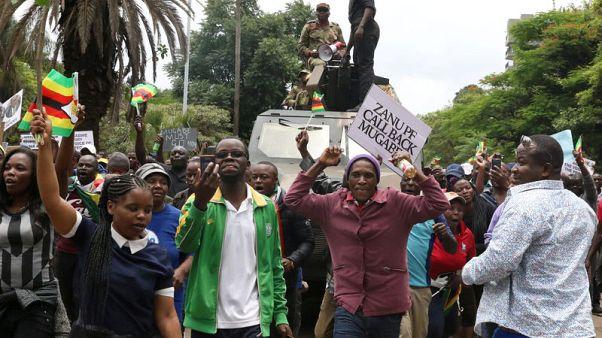 حشود من المحتجين في زيمبابوي تتجه نحو مجمع موجابي في العاصمة