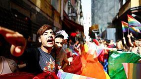 مدافعون حقوق المثليين ومزدوجي الجنس والمتحولين جنسيا خلال مسيرة في اسطنبول - صورة من أرشيف رويترز