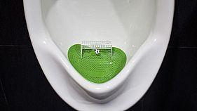 فلتر على شكل ملعب كرة قدم في مِبوَلة مرحاض رجال تم تجديده في مركز تسوق في شنغهاي. صورة من أرشيف رويترز