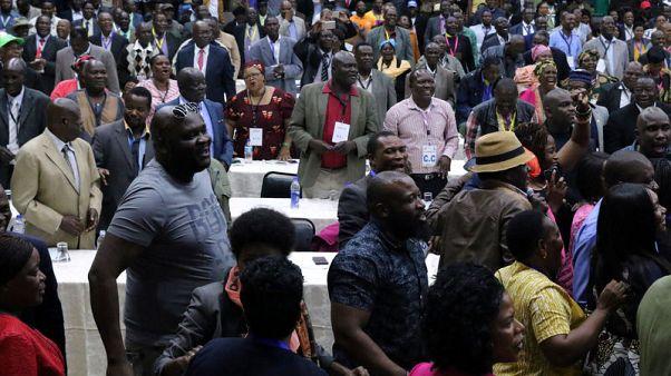 أعضاء الحزب الحاكم في زيمبابوي يحتفلون بالاطاحة بالرئيس روبرت موجابي من زعامة الحزب يوم الأحد. تصوير: فيليمون بولاوايو - رويترز
