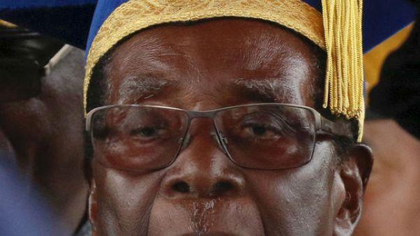 رئيس زيمبابوي روبرت موجابي يحضر حفل تخريج في جامعة في هاراري يوم السبت. تصوير: فيليمون بولاوايو - رويترز